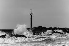 Ondas do Mar do Norte que quebram na costa holandesa fotos de stock