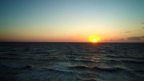 Ondas do mar no mar bonito da manhã video estoque