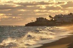 Ondas do mar perto da cidade tropical foto de stock