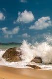 Ondas do mar que deixam de funcionar nas rochas Fotos de Stock