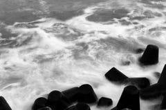 Ondas do mar que derramam sobre o quebra-mar tetrapod Imagens de Stock Royalty Free