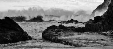 Ondas duras que golpean la playa Imagen de archivo