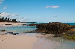 Água e rochas na praia Imagens de Stock