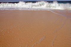 Ondas e areia Fotos de Stock Royalty Free