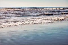 Ondas e areia na praia imagem de stock royalty free