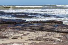 Ondas e céu azul na praia de Torres fotografia de stock