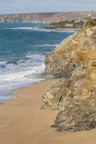 Ondas e litoral na barra de Loe, Porthleven foto de stock