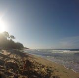 Ondas e paz na praia imagens de stock