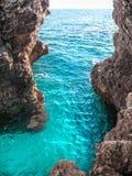 Ondas e penhascos puros bonitos de turquesa no golfo do Adr Fotografia de Stock
