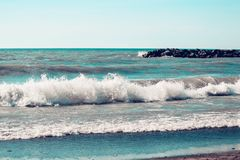 Ondas e a praia Imagens de Stock