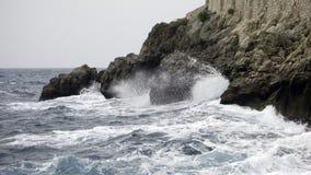 Ondas e rochas foto de stock royalty free