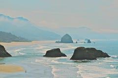 Ondas e rochas Fotos de Stock