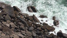 Ondas e rochas de água do oceano vídeos de arquivo