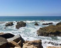 Ondas e rochas no litoral Imagem de Stock Royalty Free