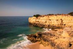 Ondas em Praia de Albandeira foto de stock royalty free