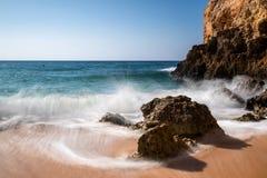 Ondas em Praia de Albandeira fotografia de stock royalty free