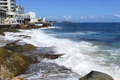Ondas em rochas - parque de março do al de Ventana do La - Condado, San Juan, Porto Rico imagens de stock