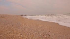 Ondas em um close-up vazio da praia do mar, tempo calmo no litoral filme