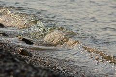 Ondas em um Mar Negro foto de stock royalty free