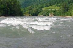 Ondas em um rio da montanha no verão Fotos de Stock Royalty Free