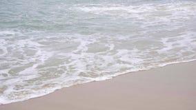 Ondas em um Sandy Beach vídeos de arquivo