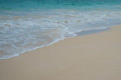 Ondas em um Sandy Beach Imagens de Stock Royalty Free