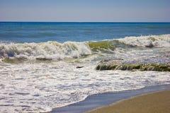 Ondas em uma praia Fotografia de Stock