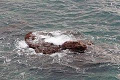 Ondas em uma rocha no mar Mediterrâneo Foto de Stock