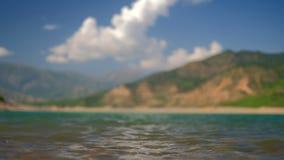 Ondas en el agua de un lago de la montaña metrajes