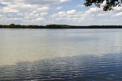 Ondas en el lago de la tarde Fotografía de archivo libre de regalías