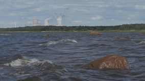 Ondas en el mar Báltico de la orilla metrajes