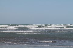 Ondas en el mar Caspio azerbaijan baku playa Invierno Foto de archivo libre de regalías
