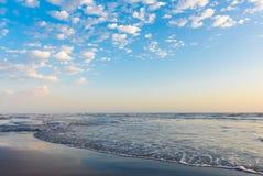 Ondas en el mar, cielo nublado azul Fotografía de archivo