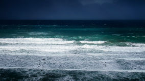 Ondas en el mar con el clima tempestuoso Imagen de archivo