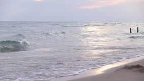 Ondas en el mar Ondas del mar Pequeña playa de la arena de las ondas Por la tarde en la playa Pequeñas ondas del mar y playa aren metrajes