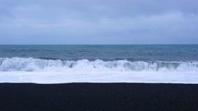 Ondas en el Océano Atlántico en la playa negra de la arena metrajes