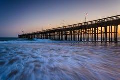 Ondas en el Océano Pacífico y el embarcadero en la puesta del sol, en Ventura, C Imagen de archivo