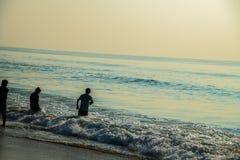 Ondas en el pescador de la falta de definición de movimiento de la agua de mar de la playa foto de archivo libre de regalías