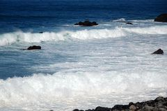 Ondas en la costa fotografía de archivo libre de regalías