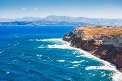 Ondas en la costa de mar de la isla de Santorini, Grecia Imágenes de archivo libres de regalías