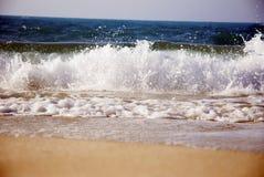 Ondas en la costa del norte de Egipto Foto de archivo libre de regalías
