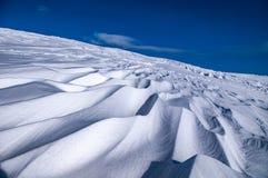 Ondas en la nieve en las montañas foto de archivo libre de regalías