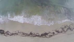 Ondas en la opinión horizontal de la playa - vuelo aéreo, Mallorca metrajes