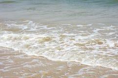 Ondas en la orilla Imagen de archivo libre de regalías