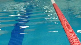 Ondas en la piscina de los deportes durante la competencia almacen de metraje de vídeo