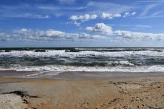 Ondas en la playa arenosa fotos de archivo libres de regalías