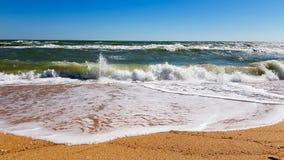 Ondas en la playa arenosa foto de archivo