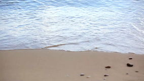 Ondas en la playa arenosa metrajes