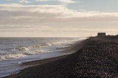 Ondas en la playa de Aldeburgh con la torre de martello Imágenes de archivo libres de regalías