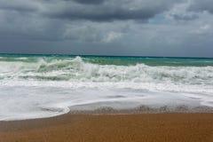 Ondas en la playa de la arena del Mar Egeo en Rodas foto de archivo